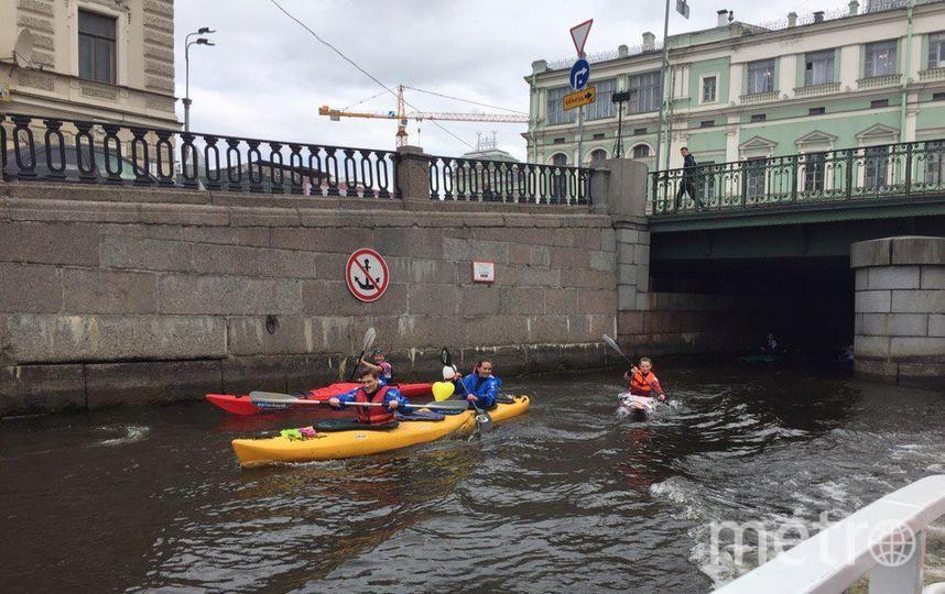 Молодожёны и гости прошли на байдарках по каналу Грибоедова.