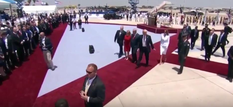 Мелания Трамп отказалась взять за руку супруга в израильском аэропорту. Фото Скриншот Youtube