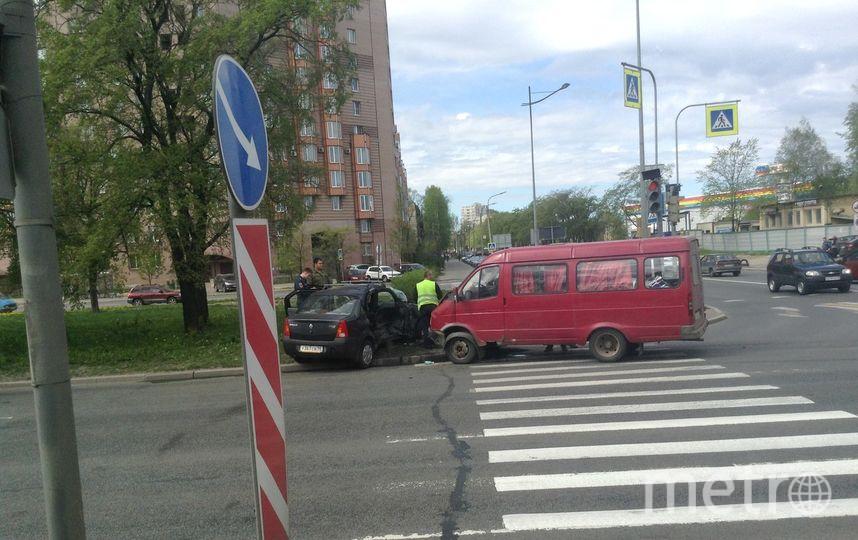 Иномарку выбросило нагазон после столкновения с«ГАЗелью» вПетербурге