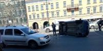 В крупном ДТП в центре Петербурга перевернулся автомобиль
