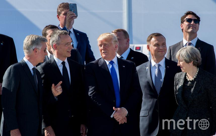 Трамп грубо оттолкнул премьера Черногории насаммите НАТО