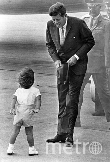 Джон Кеннеди с сыном . Фото Getty