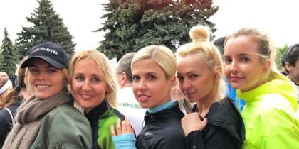 """Звёздные участники забега """"Бегущие сердца"""" в Москве. Фото instagram/rudkovskayaofficial"""