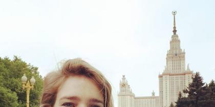 """Организатор забега """"Бегущий сердца"""" Наталья Водянова на фоне спортсменов и здания МГУ в Москве. Фото instagram/natasupernova"""