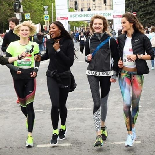 """Звёздные участники забега """"Бегущие сердца"""" в Москве. Фото instagram/natasupernova"""