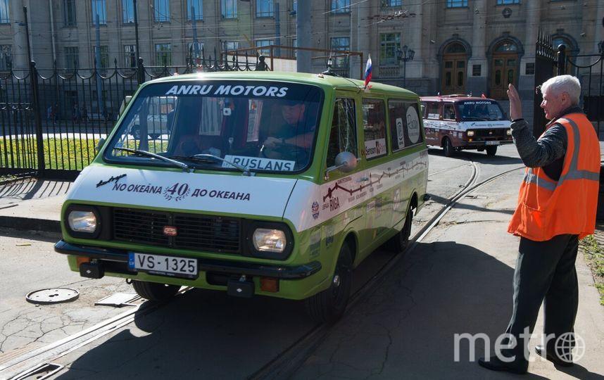 Автопробег советских микроавтобусов прошел через Петербург. Фото Все - Святослав Акимов