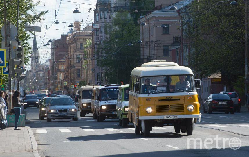 Автопробег советских микроавтобусов прошел через Петербург.