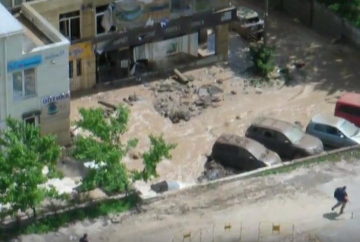 В Киеве прорвало трубу из-за плановых истпытаний. Фото Скриншот Youtube