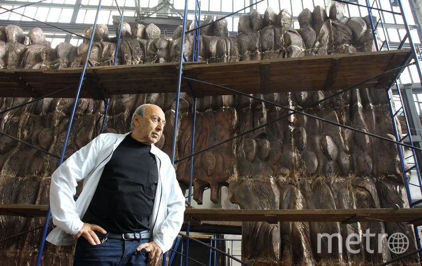 Автор памятника на его фоне. Фото Василий Кузьмичёнок