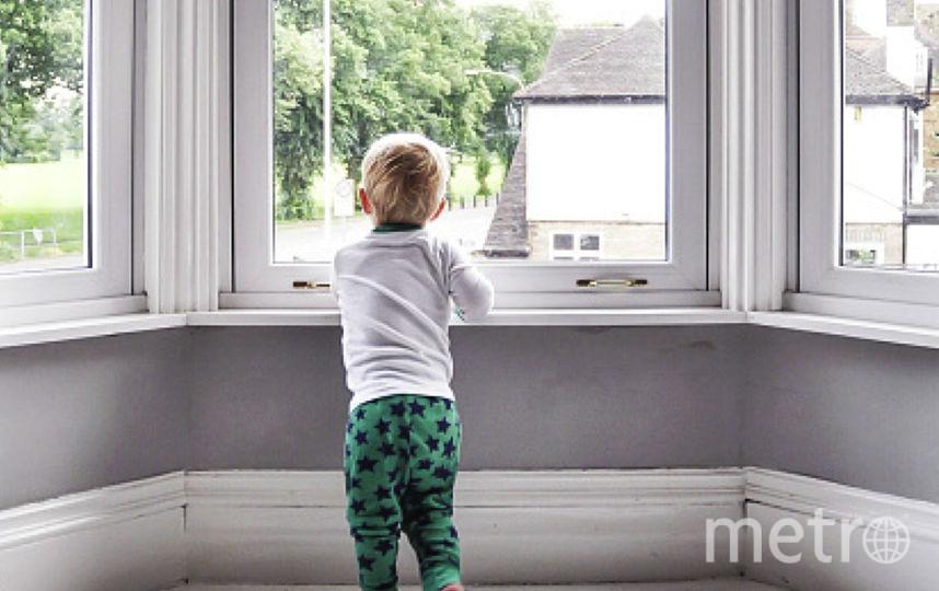 5-летний ребёнок стоял на подоконнике 8-ого этажа. Фото Getty