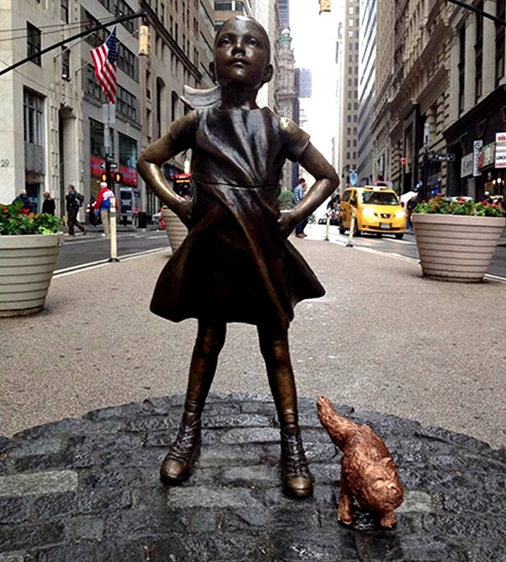 На Манхеттене установили скульптуру писающего пса. Фото Все- скриншот Instagram