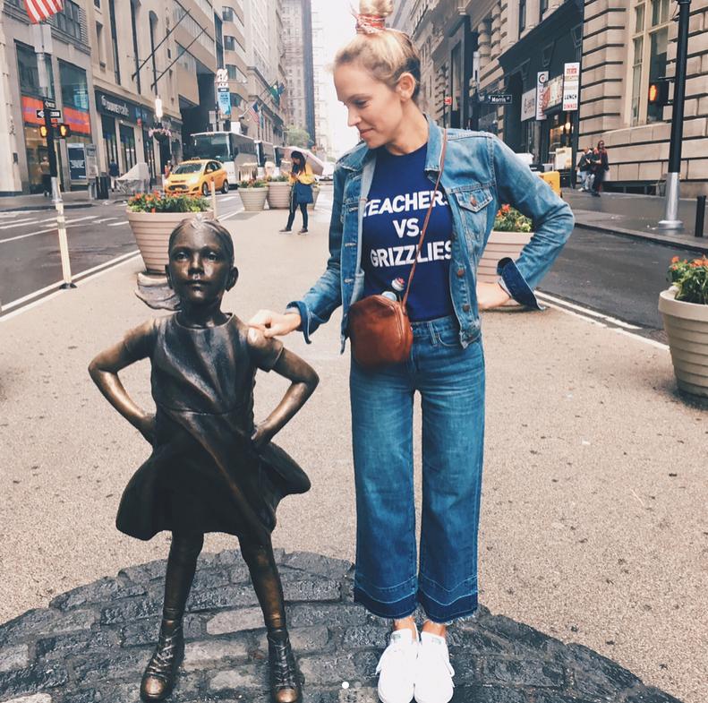 """Скульптуру """"писающего мопса"""" установили рядом с """"Бесстрашной девочкой"""" и """"Атакующим быком""""."""