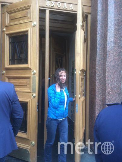 """Корреспондент Metro выходит со станции """"Красные ворота"""". Фото Мария Беленькая."""