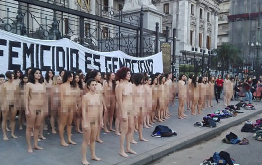 Десятки голых феминисток вышли протестовать к президентскому дворцу в Аргентине. Фото Скриншот с сайта Daily Mail