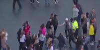 Полицейский танцует с детьми на концерте в память о жертвах теракта — Видео