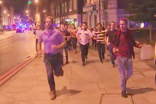 Мужчина убегает со стаканам пива в руке. Фото twitter.com/hmannella