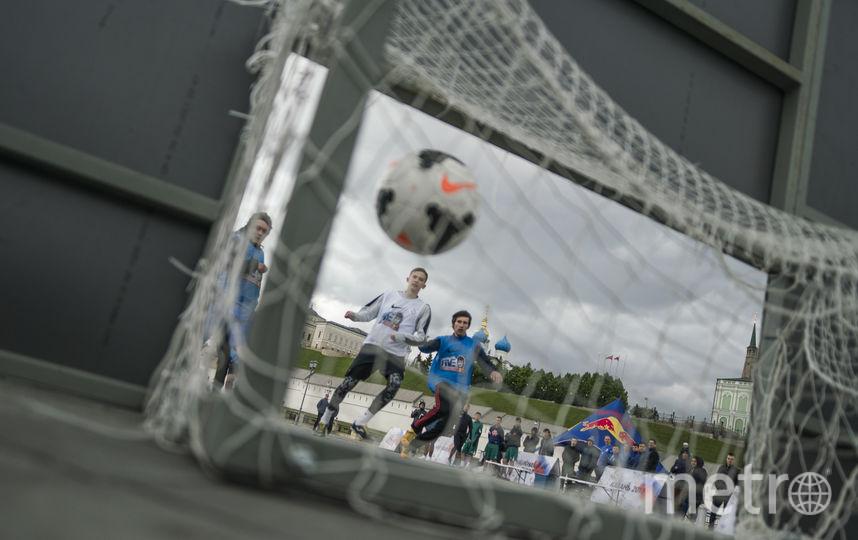 Мяч влетает в сетку ворот. Фото redbullcontentpool.com