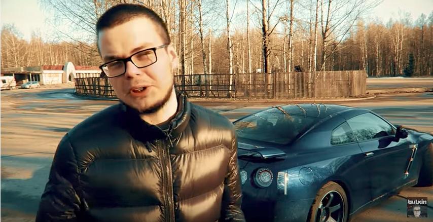 Сам блогер Булкин не скрывает ни свою машину, ни ее номера, ни свое лицо.