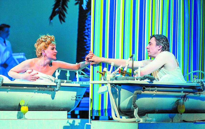 аиса (Василиса Николаева), Василий (Игорь Балалаев) знакомятся в санатории. Фото пресс-служба театра.