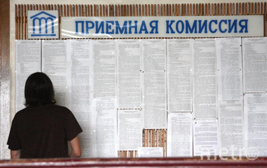 Абитуриент в приёмной комиссии. Фото РИА Новости
