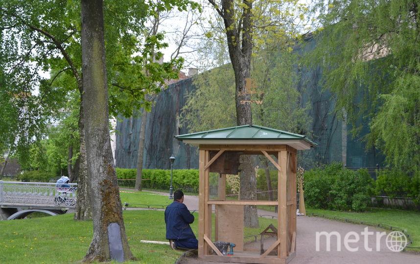 В саду усадьбы Державина строят домик для белок. Фото Все - Ольги Рябининой.