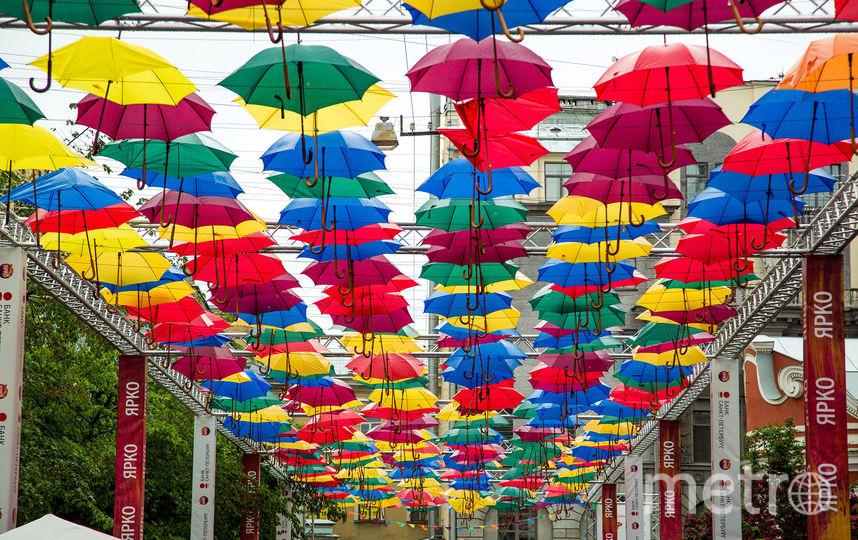 «Аллея парящих зонтиков» окутала Соляной проулок