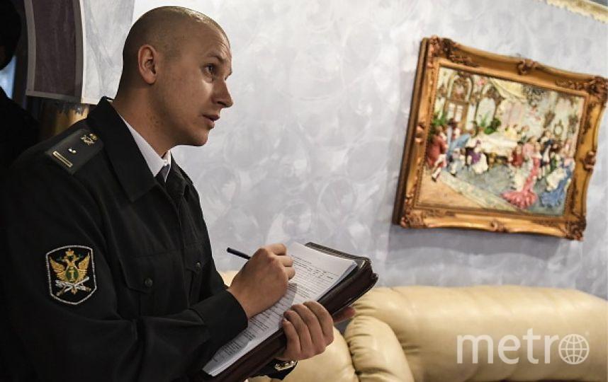 Судебный пристав описывает имущество. Фото Getty
