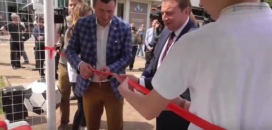 Мэр Сочи Пахомов выгнал из кадра ребенка-волонтера. Фото Все - скриншот Youtube