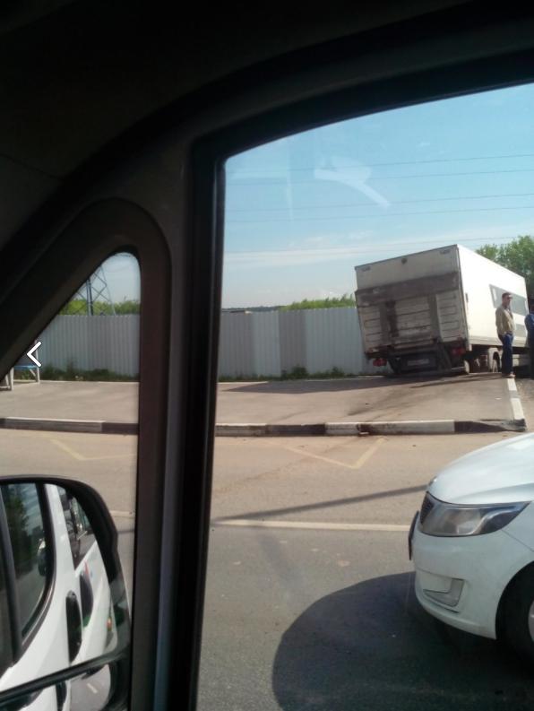 Лобовое столкновение Mercedes и грузовика в Подмосковье: есть погибшие. Фото скриншот vk.com/mskdtp