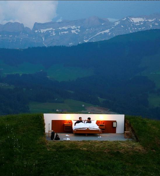 """Отель под названием """"Null Stern Hotel"""" (Ноль-звездный) находится в горах."""