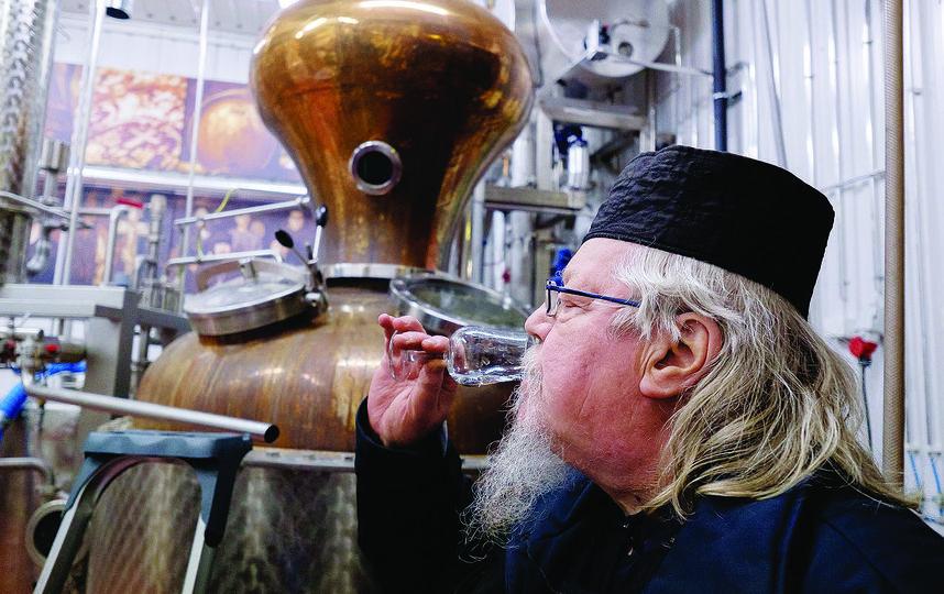"""«У меня самое необычное послушание в монастыре. Кроме меня, здесь виски пробовать некому». Отец Андриас. Фото все - Алена Бобрович., """"Metro"""""""