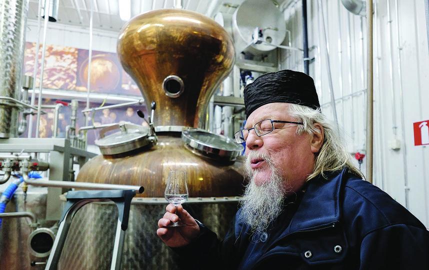 """Отцу Андриасу приходится каждый день дегустировать виски. По утверждению монаха, за время послушания он не сделал ни одного глотка. Фото """"Metro"""""""