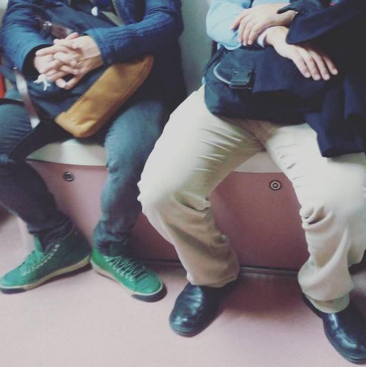Мужчины в метро. Фото Instagram/menspreading