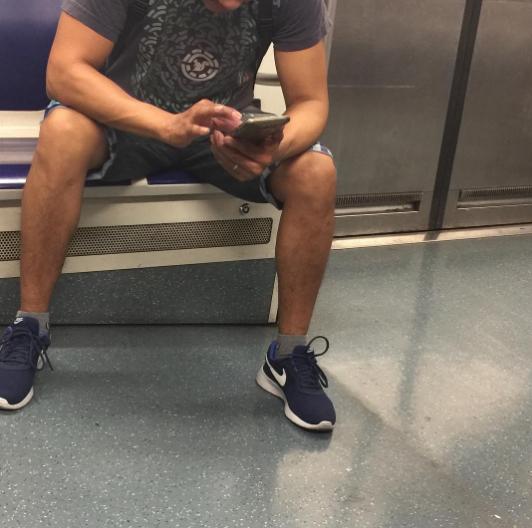 Мужчины в метро. Фото Instagram/johana_pave