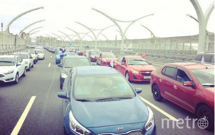 Триколор из200 авто проехал поавтомагистрали вПетербурге