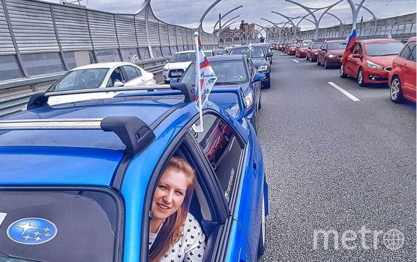 """В Петербурге автомобилитсы создали """"живой"""" триколор."""