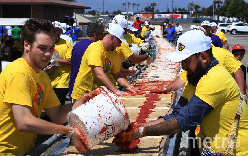 В США приготовили самую длинную в мире пиццу. Фото AFP