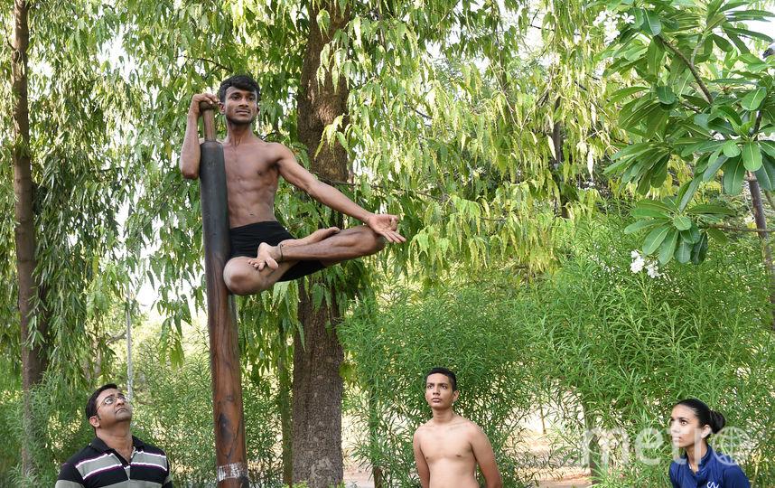 Индийские спортсмены занимаются маллакхамбой. Фото AFP