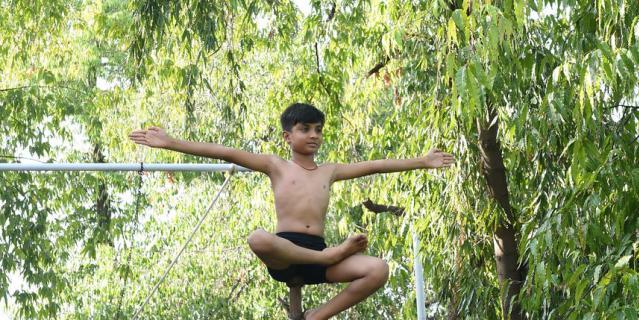 Индийские спортсмены занимаются маллакхамбой.