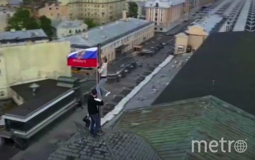 Руферы установили флаг России на крыше Московского вокзала.