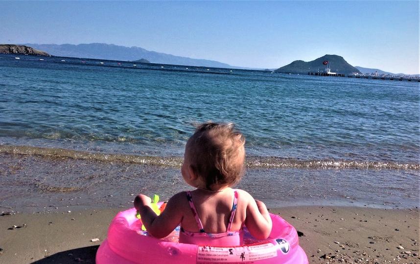 Мы с дочкой были в Турции в межсезонье, когда ещё вода холодная, но моя крошка визжала от восторга при виде волн! Фото Анна Лучина.