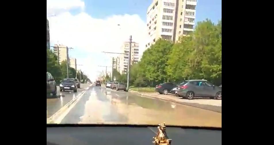 Из-за дорожной аварии натрубе залило Белградскую улицу