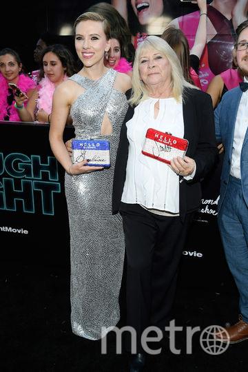 Скарлетт Йохансон вышла на красную дорожку со своим двойником. Фото Getty