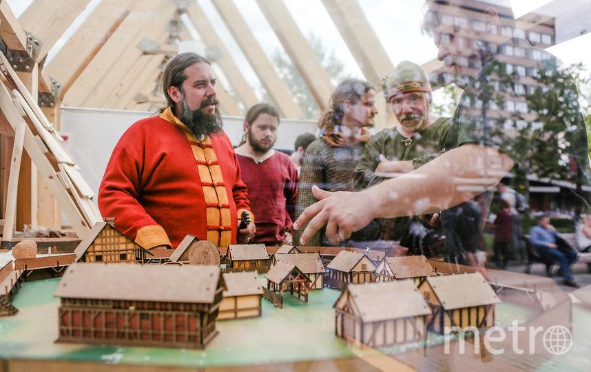 Авторы проекта парка «Форпост» презентуют публике макет своего исторического поселения.