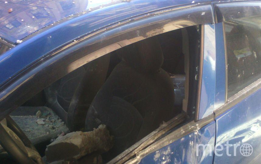 Огромный кусок лепнины с фасада дома рухнул на автомобиль. Фото vk.com