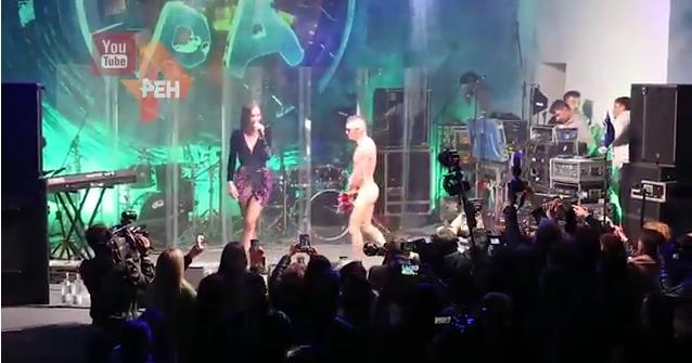 Скандальное видео: На сцену к Ольге Бузовой выбежал голый мужчина. Фото Скриншот ren.tv