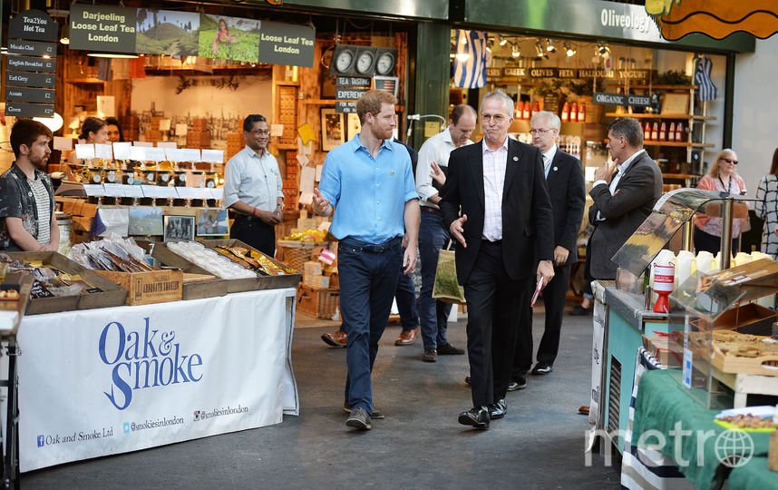 Встолице Англии принц Гарри заглянул напродуктовый рынок