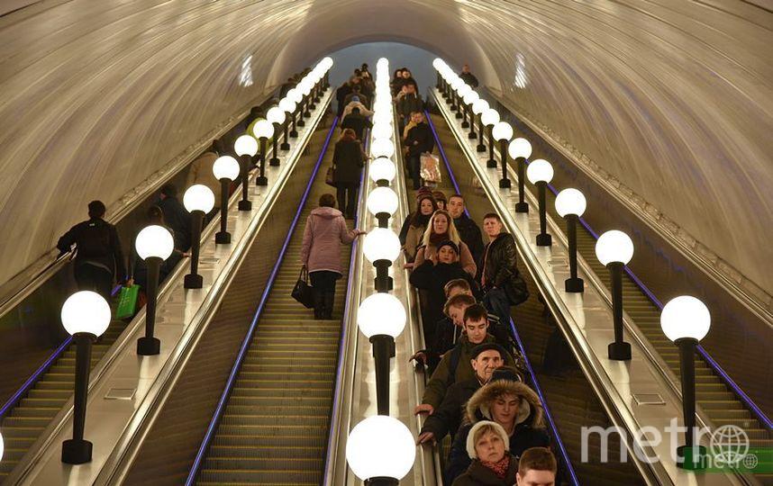 """Семеро туристов из Китая упали с эскалатора в московской подземке. Фото Василий Кузьмичёнок, """"Metro"""""""