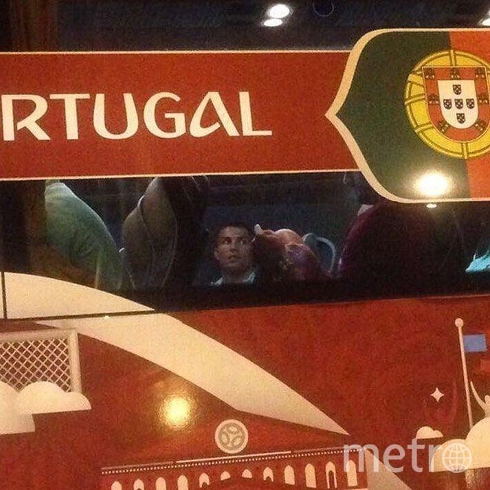 """Криштиану не укрыться от фанатов. Фото """"Metro"""""""