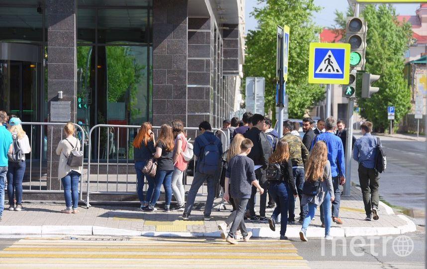 "Фанаты караулят Роналду у отеля. Фото ""Metro"""